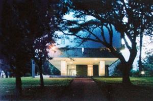 Edifícios da SQN 206 - Vista das colunas do térreo, com desenho expressivo. (Marcílio M. Ferreira, 1977-78) Foto - Carlos H. Magalhães
