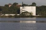 vista do prédio na margem do rio