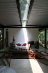 vista interna sala de estar e iluminação pelo rasgo na cobertura