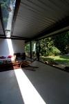 vista interna sala de estar, claraboia e fechamento em vidro
