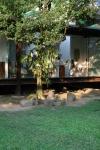 vista externa da casa a partir do jardim