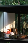 vista externa detalhe sala de estar em encontro com o jardim