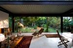 vista interna dos espaços integrados da sala de estar, cozinha e jardim