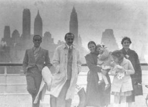 """Oscar Niemeyer, Lucio Costa, """"Leleta"""" e Maria Elisa Costa, Anita Baldo e Anna Maria Niemeyer. A bordo do """"Pan America"""", chegando a Nova York, abril de 1938. Foto: Casa de Lucio Costa"""